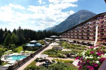 Interalpen-Hotel-Tyrol-Aussenansicht-mit-Alpengarten-Pool